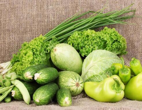 1、多吃含维生素A的食物,如绿色蔬菜、胡萝卜、番茄、白菜等,平